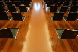 https://pixabay.com/de/hörsaal-stühle-publikum-universität-2488359/