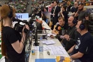 Der Blick vor und hinter die Kamera. Chris Schmidt und Tom Jarosch am Mikro. Foto: 5vier.de / Manuel Maus