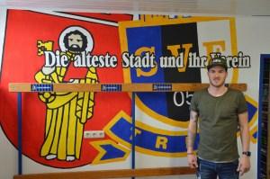Simon Maurer in der von Insane Ultra gestalteten Umkleide der Eintracht. Foto: 5vier.de / Manuel Maus