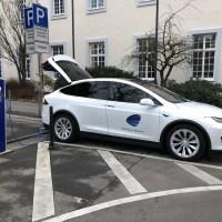 Tesla vor dem Bürgeramt in Trier an der Ladestation