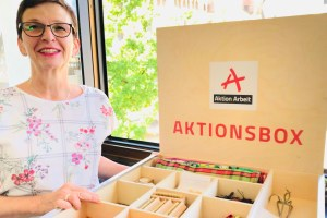 Geschäftsführerin Andrea Steyven zeigt die Aktionsbox.  Bild: Bistum Trier - 5VIER