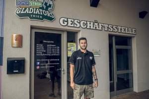 Jordan Geist vor der Geschäftstelle der Römerstrom Gladiators - Foto: Simon Engelbert - 5VIER