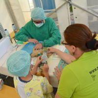 Alles wie im echten OP: Schutzkleidung für die Ärzte und Pfleger, Sauerstoff für den Patienten. Im Teddykrankenhaus werden die Plüschtiere und Puppen der Kinder verarztet. Foto: Klinikum Mutterhaus der Borromäerinnen - 5VIER