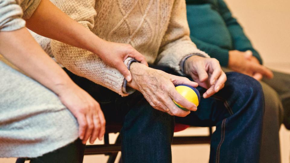 Was tun, wenn Menschen Pflege benötigen? Bild: www.pexels.com - 5VIER