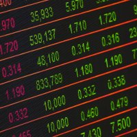 Börsencharts auf einen großen Screen - Image by Ahmad Ardity from Pixabay