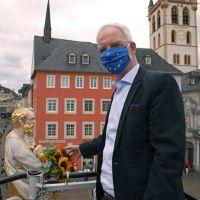 Auch ohne Altstadtfest: Oberbürgermeister schmückt Petrusstatue mit Blumen