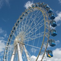 Das Bild zeigt ein Riesenrad von unten.