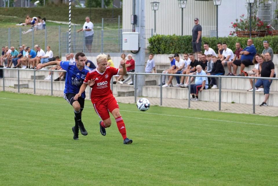 Tarforst-Spieler Marc Picko (rotes Trikot rechts) im Zweikampf - Foto: Wolfgang Ziewers