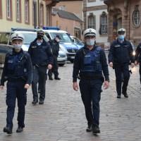 Bianca Mosig (l.) und Robert Kassube vom Kommunalen Vollzugsdienst starten zur gemeinsamen Streife mit Polizeibeamten in der Fußgängerzone. Foto: Stadt Trier