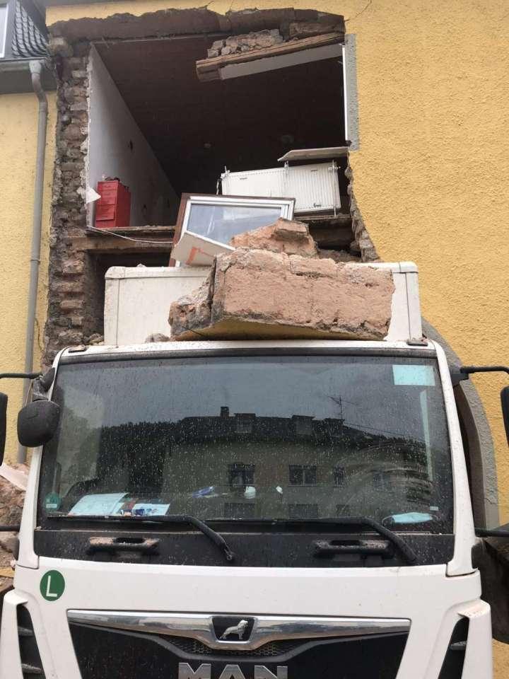 Pared de la casa dañada por camión