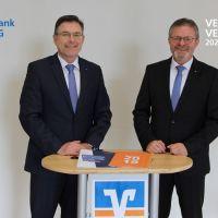 Die beiden Vorstände Norbert Friedrich und Alfons Jochem bei der ersten digitalen Vertreterversammlung im Online-Forum der Bank. Foto: Volksbank Trier