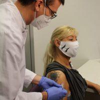 Impfbereit: Ingrid Weirich, Mitarbeiterin im Klinikum Mutterhaus Nord, lässt sich von Privatdozent Dr. med. Tim Piepho, Chefarzt der Anästhesie und Intensivmedizin des Brüderkrankenhauses, impfen. Foto: Marcus Stölb