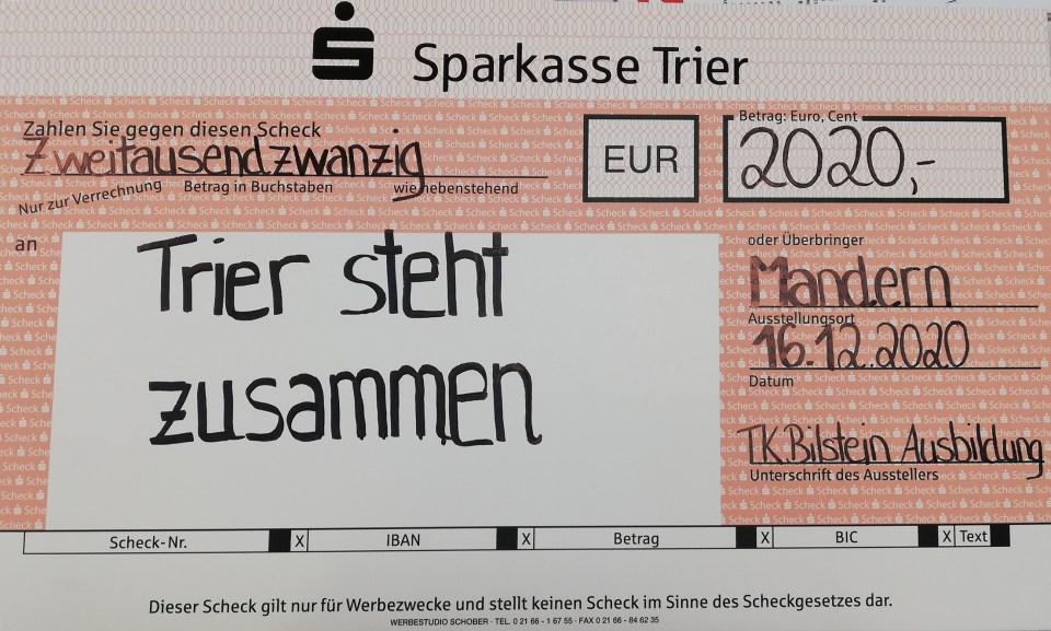 """Der Spendenscheck für die Organisation """"Trier steht zusammen"""". Foto: 5VIER.de"""