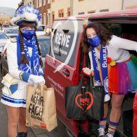 Zwei Aktive des Theater- und Karnevalsverein Trier Ehrang liefern die Einkäufe direkt vor die Haustür. Bildquelle: Jean-Marc Lheritier