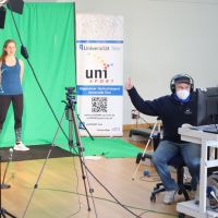 Der uniSPORT der Universität Trier hat sich ein Filmstudio in der Sporthalle eingerichtet, aus dem Liveworkouts für das neue Bewegungsförderprogramm BEST live gestreamt oder auch aufgenommen werden. Bildquelle: Universität Trier