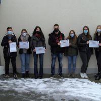"""7 SchülerInnen haben erfolgreich ihr Zertifikat des Kurses """"ModPo""""erworben. Bildquelle: Thomas Oeffling"""