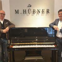 Andreas Ammer (links) dankt Marcus Hübner für seine großzügige Unterstützung. Bildquelle: Trierer Kulturstiftung