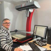 Herbert Koenen von Wissenschaftlichen Bibliothek scannt ein Buch ein, sodass es digital für alle Interessierten zur Verfügung steht. Bildquelle: Wissenschaftliche Bibliothek der Stadt Trier