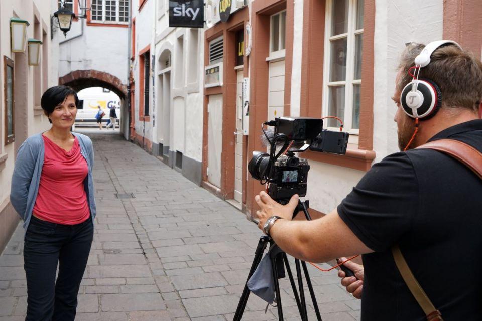 Dreharbeiten mit der Bauhistorikerin Dr. Marzena Kessler in der Trierer Judengasse. Bildquelle: Stadtmuseum Simeonstift Trier
