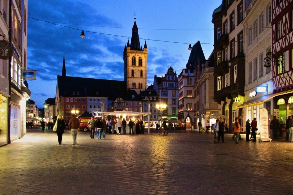 Blick auf den abendlichen Trierer Hauptmarkt