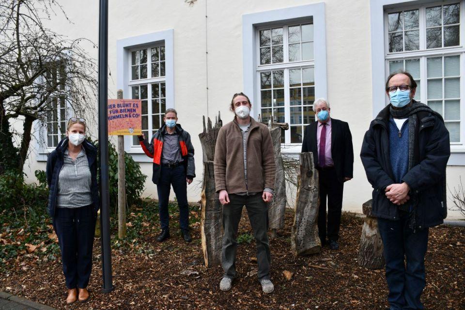 Johannes Hill (2. v. l.) und Umweltdezernent Andreas Ludwig (2. v. r.) begrüßen die neuen städtischen Klimaschutzmanager Julia Hollweg, David Lellinger und Matthias Gebauer (vorne, v. l.). Bildquelle: Presseamt Trier