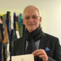 OB Wolfram Leibe präsentiert in seinem Büro die Urkunde Mein Top Job Trier, die er Ende März an 15 Unternehmen verliehen hat. Bildquelle: Presseamt Trier