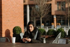 Studentin benutzt ihr Hand vor der Mensa - Foto: Foto von Anete Lusina von Pexels