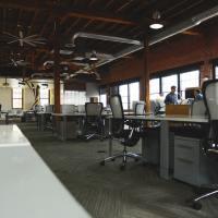 Das Bild zeigt ein leeres Büro. Foto: startup stock photos von pexels