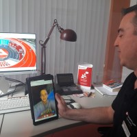 Berufsberater Danny Lentes im Live-Chat über digitale Medien mit einem jugendlichen Messebesucher. Foto: Agentur für Arbeit Trier