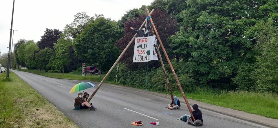 Das Bild zeigt die Klimaaktivisten auf einem Tripod am Krahnenufer Trier. - Foto: klimavernetzung-trier@riseup.net