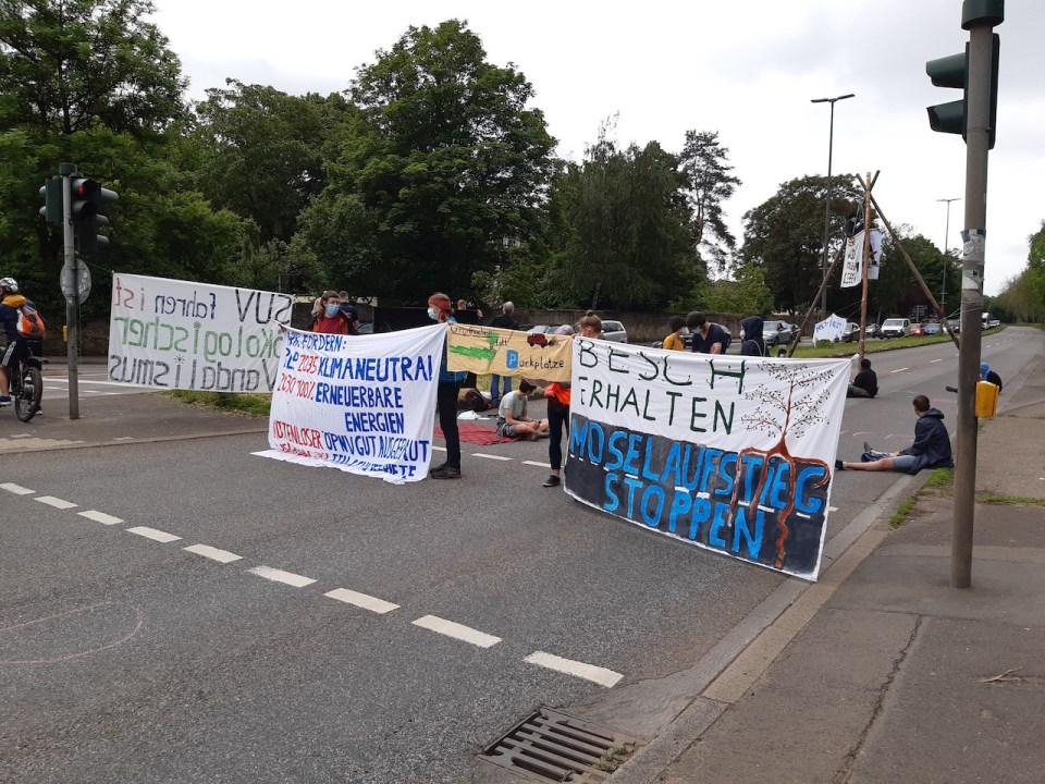 Das Bild zeigt Trierer Klimaaktivisten beim Blockieren eines Hauptverkehrsweges in Trier. - Foto: klimavernetzung-trier@riseup.net