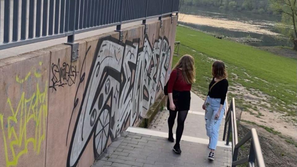 Miriam und Johanna waren mit ihrer Umfrage zum Thema Catcalling sehr erfolgreich und zufrieden. Bildquelle: Universität Trier