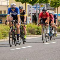 Marian Pohlenz (in blau) hat sich durch seinen Sieg für die Deutsche Kriterium-Meisterschaft qualifiziert. Bildquelle: Elke Pohlenz