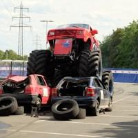Ein Monstertruck fährt über 2 Autos bei der Show. Foto: aselowski Pressebild 300 dpi(C) Wallauer infopress4u_2