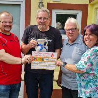 v.l.n.r.: Sven Gaab (Präsident), Dieter Metzen (Geschäftsführer), Franz-Josef Strauch (Schriftführer), Christa Schwarz (Schriftführerin) bei der Spendenübergabe. Bildquelle: Lena Groß