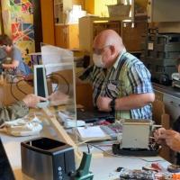 Endlich wieder fleißig bei der Arbeit - Die Reparierenden im Repair Café. Bildquelle: Lokale Agenda 21 Trier