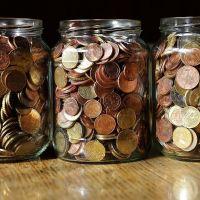 Das Bild zeigt 3 Gläser gefüllt mit Münzgeld. Bild von Franz W. auf Pixabay