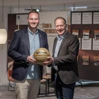 EHRMANN WOHN- UND EINRICHTUNGS GMBH unterstützt die Trierer Profibasketballer. Hier zu sehen Andre Ewertz (Geschäftsführer der RÖMERSTROM Gladiators) und Stefan Grotelüschen (Standortleiter bei Möbel Ehrmann in Trier-Zewen). Bildquelle: RÖMERSTROM Gladiators Trier