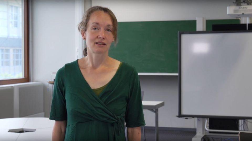 Seminarleiterin Dr. Carolin Raihala ist stolz auf das Ergebnis ihrer Studierenden aus dem Masterstudiengang Psychologie. Bildquelle: Universität Trier