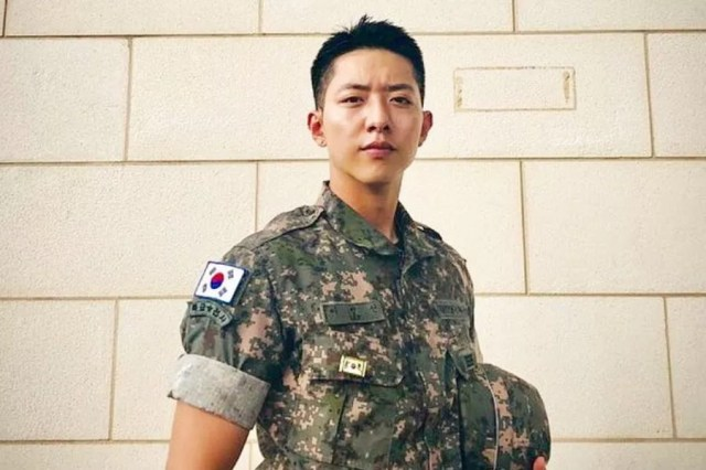 CNBLUE's Lee Jung Shin Thanks Fans For Birthday Wishes And Shares New Photo In Military Uniform