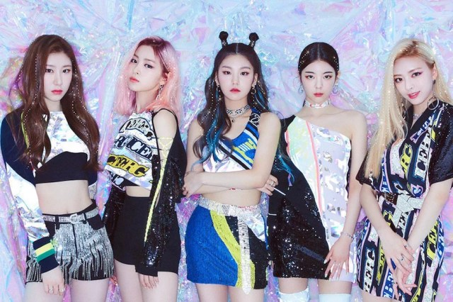 "Update: ITZY Unveils Preview Of Contents For 1st Physical Album ""IT'z ICY"""