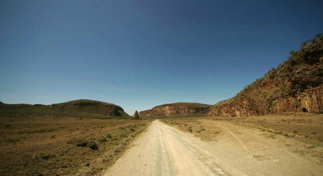Dirtroad in Hells Gate NAtional Park with impressive rock formations.