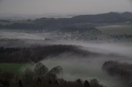 Nebel kriecht langsam durch die Hügellandschaft des Elbtals.