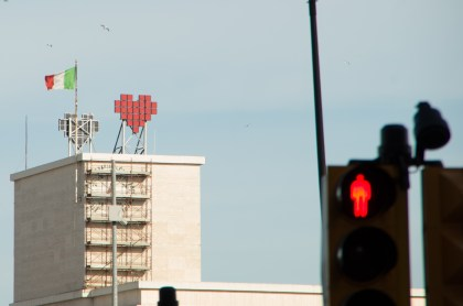 I kind of liked the trinity of the Italian flag, the heart of the hospital and the traffic light in the foreground.
