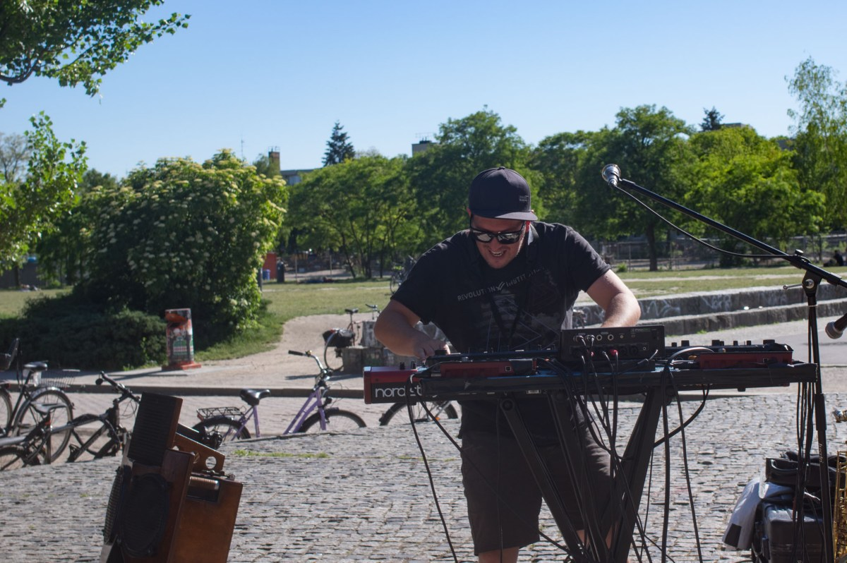 Andy V from Australie playning the keyboard in MAuerpark, Berlin