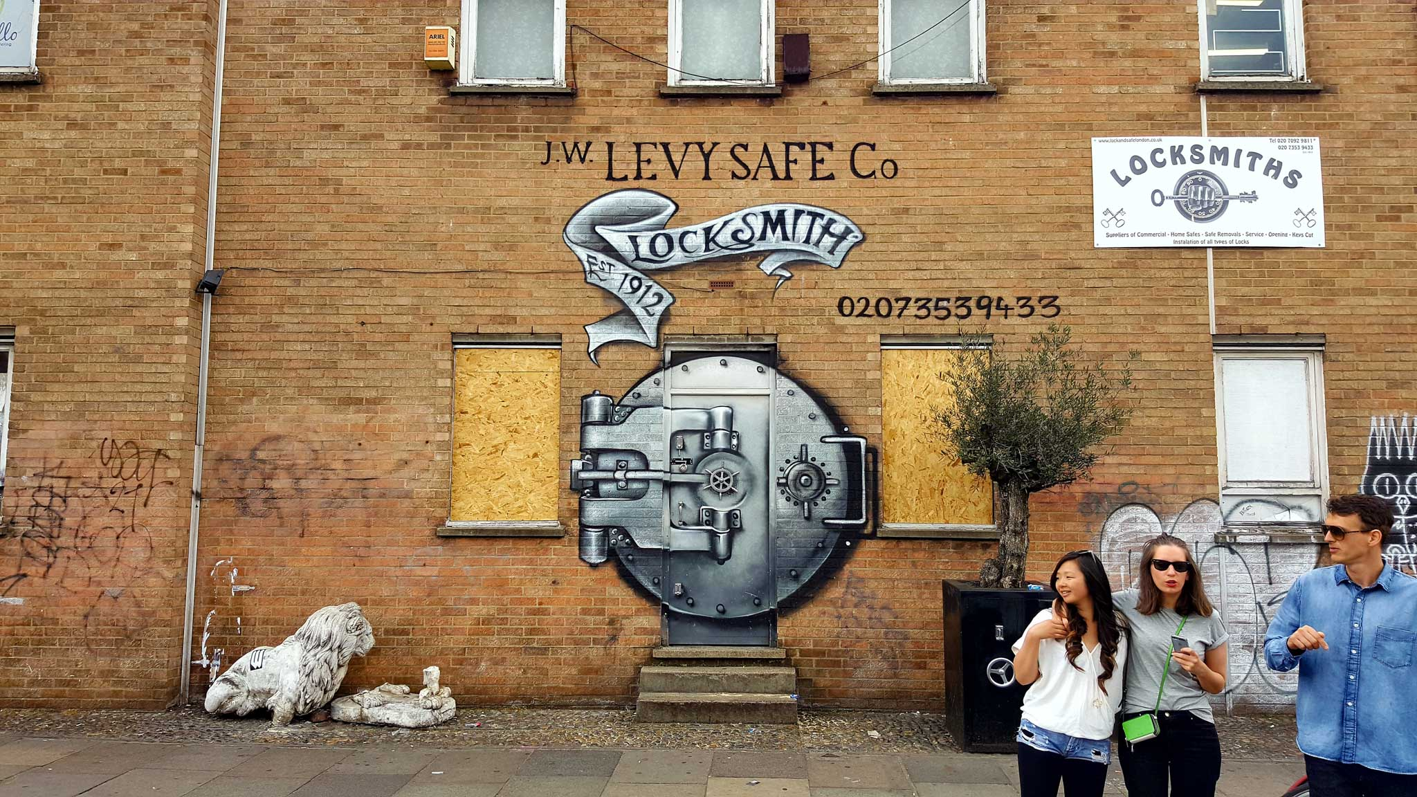 mural of a giant old-school safe advertising a locksmith in London