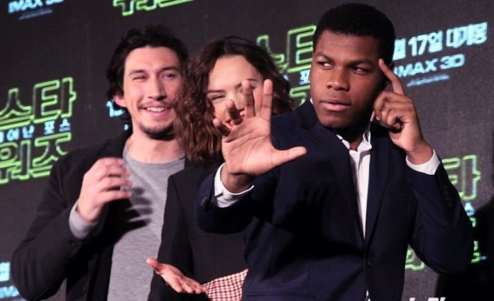 ohn Boyega, Daisy Ridley y Adam Driver at the...