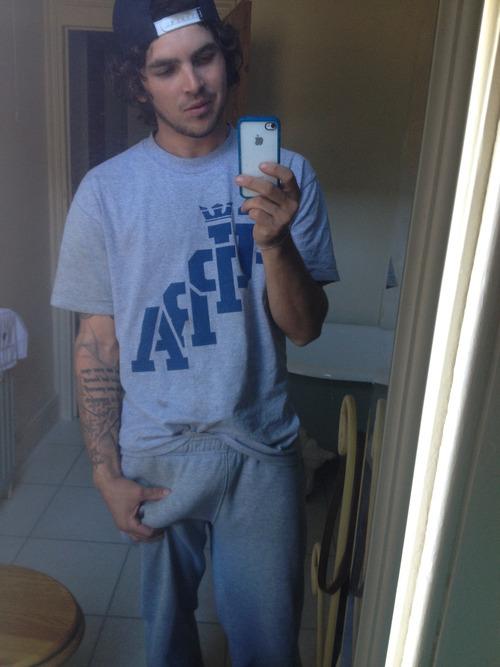 Pijama sem cueca e o cacetão marcado