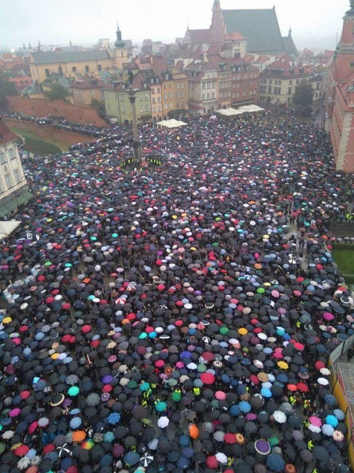 "ithelpstodream: "" Amazing scenes across Poland as women protest against the abortion ban. #CzarnyProtest """
