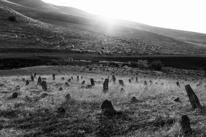 Кладбище около деревни Бна содержит тела иракских курдов, убитых в различных конфликтах, включая кампанию Саддама Хусейна в Анфале, в которой в конце 1980-х годов погибло 60 000 человек.